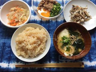 テーブルの上に食べ物のボウルの写真・画像素材[1403080]