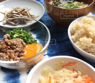 テーブルの上に食べ物の種類で満たされたボウルの写真・画像素材[1403088]