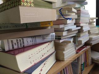 書店の棚の横のテーブルにチラシのスタックの写真・画像素材[1404096]