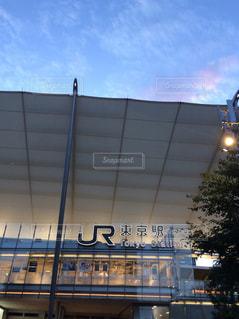電車は建物の脇に駐車します。の写真・画像素材[1429944]