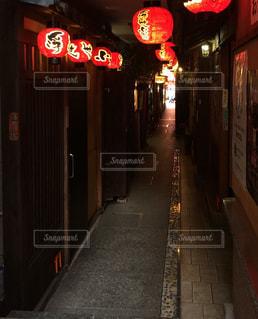 夜の店の前の写真・画像素材[1429945]