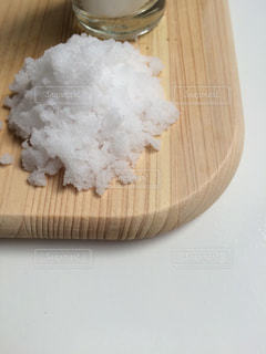 木製テーブルの上に座っているケーキの写真・画像素材[1443381]