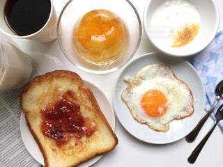 クローズ アップ朝食用食品のプレートとコーヒー カップの写真・画像素材[1455196]