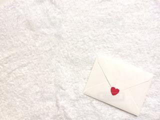 雪の上の封筒の写真・画像素材[1457205]