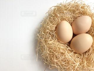 干し草の山の上に卵と巣の写真・画像素材[1457213]
