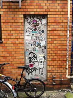 れんが造りの建物の前に自転車止めてください。の写真・画像素材[1465228]