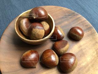 木製テーブルの上に座っているフルーツ ボウルの写真・画像素材[1488816]