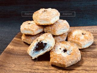木製テーブルの上のパンの部分の写真・画像素材[1503892]