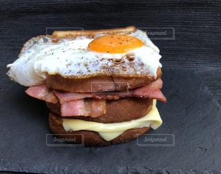 テーブルの上に座ってサンドイッチの写真・画像素材[1505674]