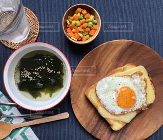 テーブルの上に食べ物のプレートの写真・画像素材[1516120]