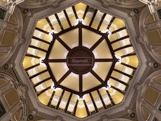 建物の側面を離れて掛かる大時計の写真・画像素材[1537200]
