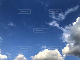 青い空に雲の写真・画像素材[1557612]
