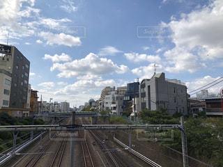 過去の高層ビルを走行する列車の写真・画像素材[1557668]