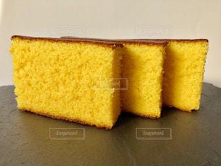ケーキとまな板の上にパンの切れ端の写真・画像素材[1563883]