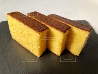 ケーキとまな板の上にパンの切れ端の写真・画像素材[1563888]