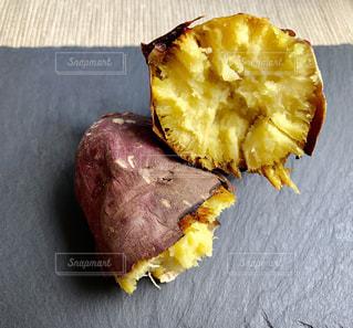テーブルに半分食べバナナの写真・画像素材[1565330]