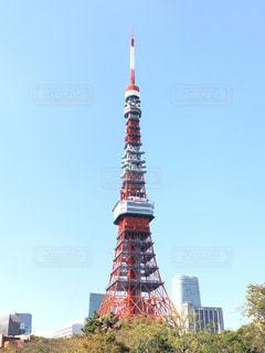 東京タワーの側に時計と大きな背の高い塔の写真・画像素材[1565981]