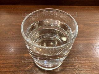 木製テーブルの上のガラスのコップの写真・画像素材[1585408]