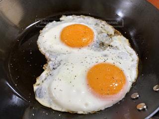 皿は皿に卵でいっぱいです。の写真・画像素材[1588251]