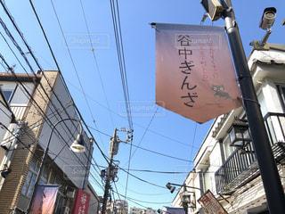 建物の側面を離れて掛かる記号の写真・画像素材[1595229]