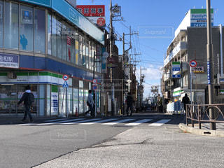 通りの角に店のある建物の写真・画像素材[1698450]