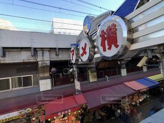 電車は建物の脇に駐車します。の写真・画像素材[1755652]