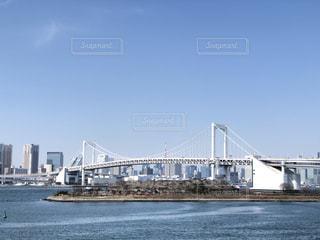 水の体の上の大きな橋の写真・画像素材[1848128]