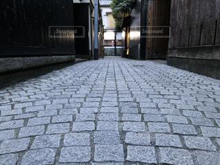 れんが造りの建物前の歩道の写真・画像素材[1853529]