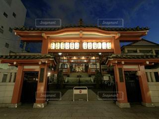 夜の店の前の写真・画像素材[1853588]