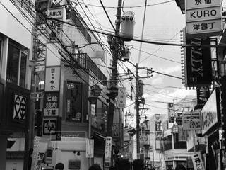 忙しい街の通りの写真上の白い文字と黒い印の写真・画像素材[1853673]