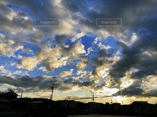 曇りの日に空の雲の写真・画像素材[1880376]