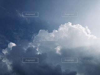 曇りの日の空に雲の写真・画像素材[2463767]
