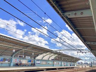 鋼鉄道に乗った大きな長い列車の写真・画像素材[2463772]