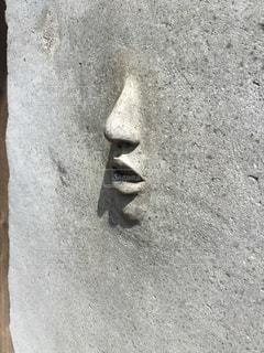 壁から誰かの顔が!?の写真・画像素材[1319416]