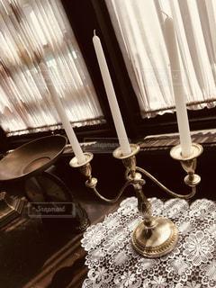 テーブルに座ってランプの写真・画像素材[1318663]