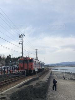 富山湾の海沿いを走る電車の写真・画像素材[1319209]