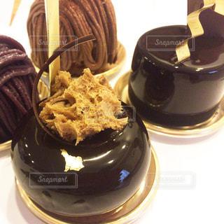 近くのテーブルの上に座っているチョコレート ケーキの写真・画像素材[1319354]