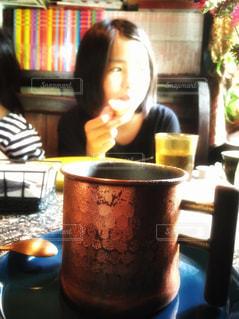 一杯のコーヒーをテーブルに着席した人の写真・画像素材[1396657]