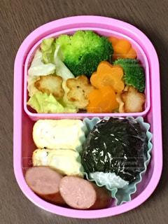 板の上に食べ物の種類の入ったプラスチック容器の写真・画像素材[1321720]