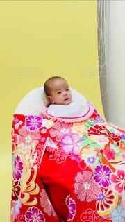赤ん坊を持っている人の写真・画像素材[1323781]