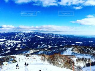 雪の覆われた斜面の上に立って人々 のグループの写真・画像素材[1322289]