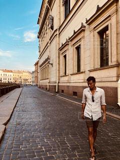 通りを歩く女と男の写真・画像素材[1358736]