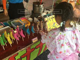 七夕祭りでチョコバナナを選ぶ女の子の写真・画像素材[1342067]
