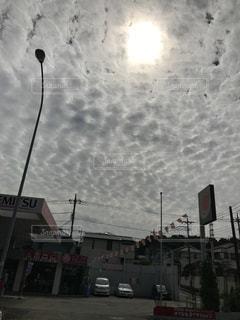 近くに街の通りに街灯柱のアップの写真・画像素材[1323738]