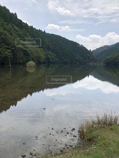 背景の山と水体の写真・画像素材[1741706]