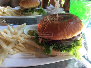 ランチにハンバーガーとポテトの写真・画像素材[1324590]