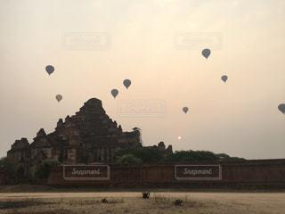 ミャンマーの遺跡と熱気球の写真・画像素材[1455685]