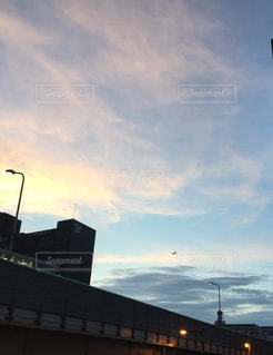 夕方、空と飛行機の写真・画像素材[1324557]