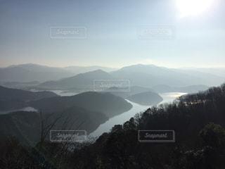 清々しい山々と湖の写真・画像素材[1328438]
