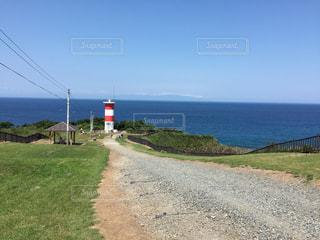 空と海と赤白の灯台の写真・画像素材[1328444]